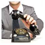 Mann mit Wählscheibentelefon
